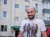 Find Evgen in front of his building (Varach - Ukraine)
